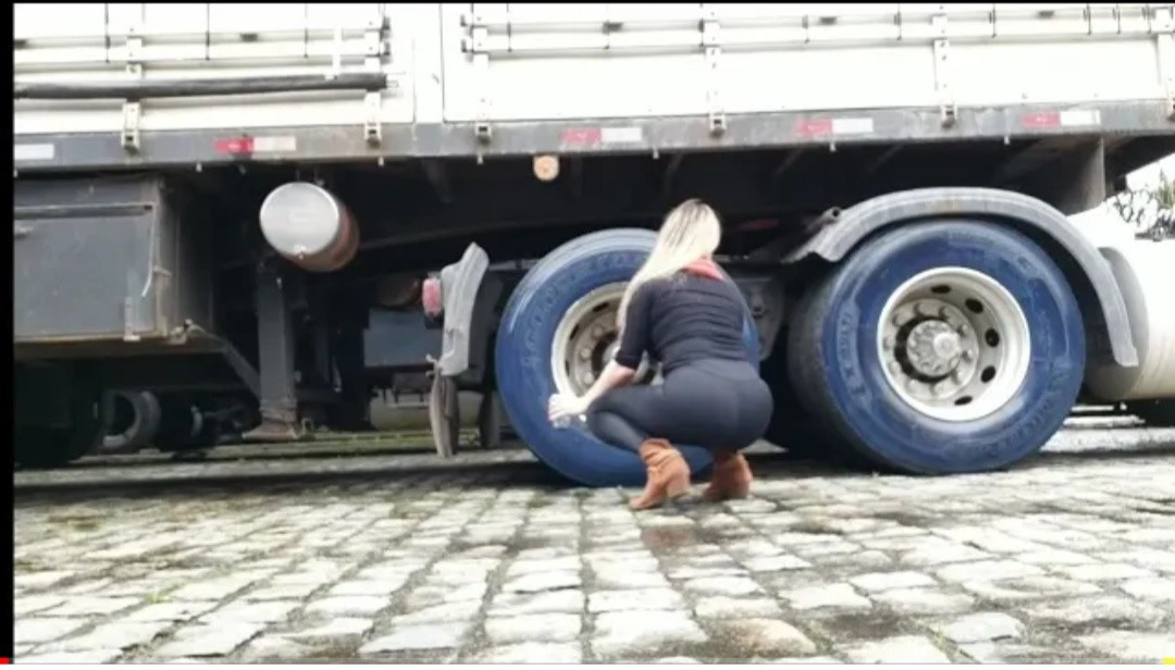 GİRL is changing a truck tire