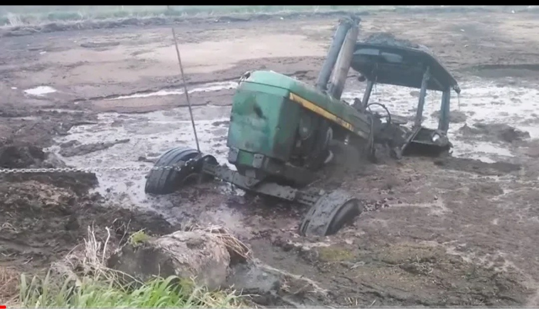 WHAT HAPPENS WHEN POWERFUL TRACTORS ARE STUCK IN DEEP MUD - John Deere And Mud