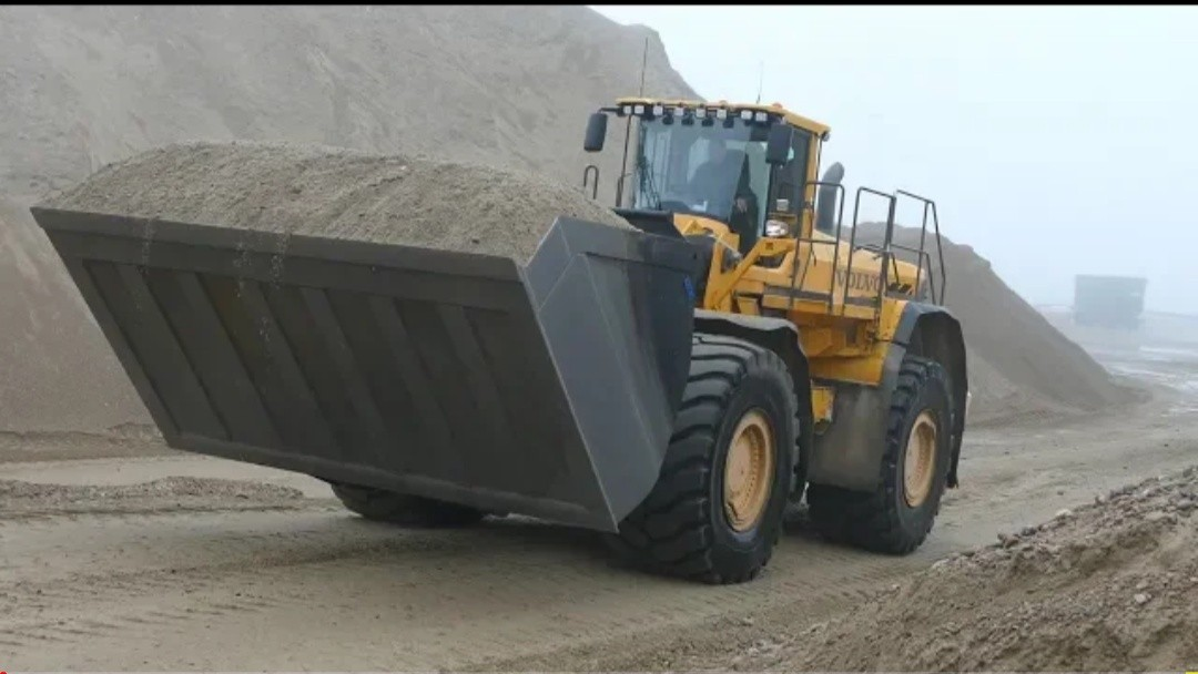 Volvo L350 w_ HUGE Shovel Doing Some Work in The Gravel Pit _ Danish Construction