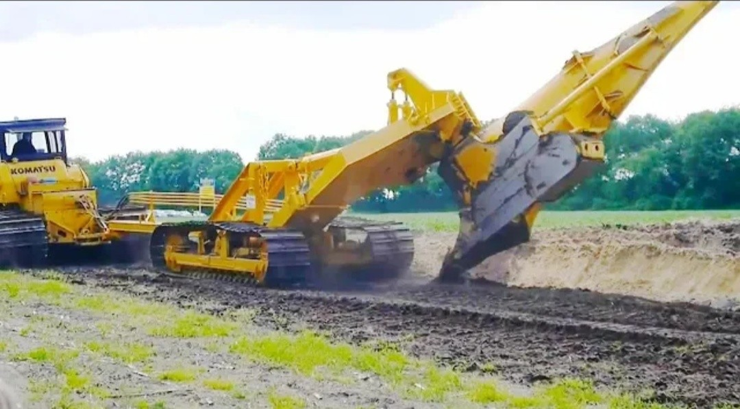 Bulldozer & Tractors in action - Deep and heavy fields plowing